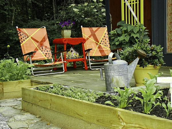 gartenhaus ideen klappstühle und orangen beistelltisch aus rattan
