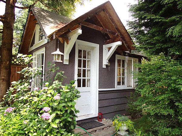 gartenhaus ideen spitzdächer und üppige bäume