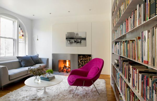 herbstfarben trends weißer fellteppich und magenta womb chair