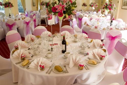 hochzeitsdekoration ideen ovale weiße stühle mit magenta tüllstoff