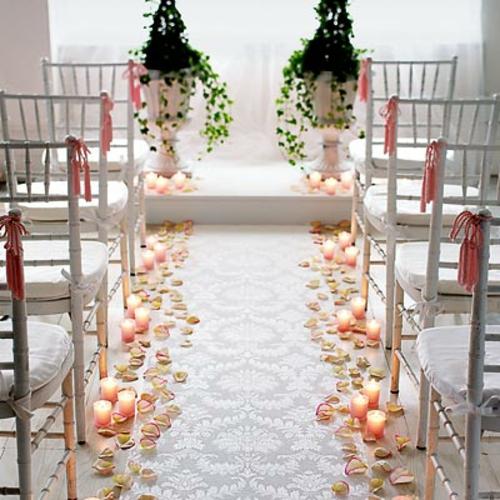 hochzeitsdekoration ideen rosenblätter und altarkerzen