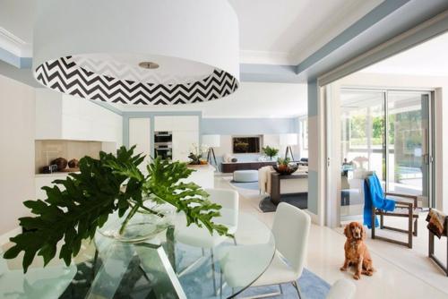 inneneinrichtung ideen wohnzimmer graphische muster blau kronleuchter