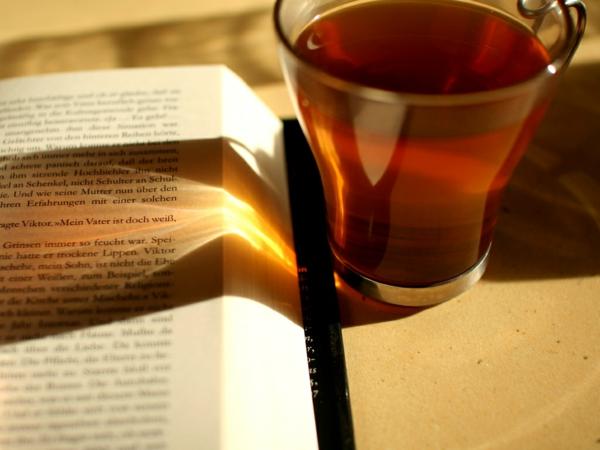 kaffee oder tee trinken tasse buch