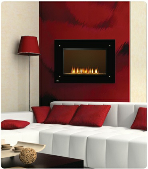 kamin dekoration feuerrot und weiße couch