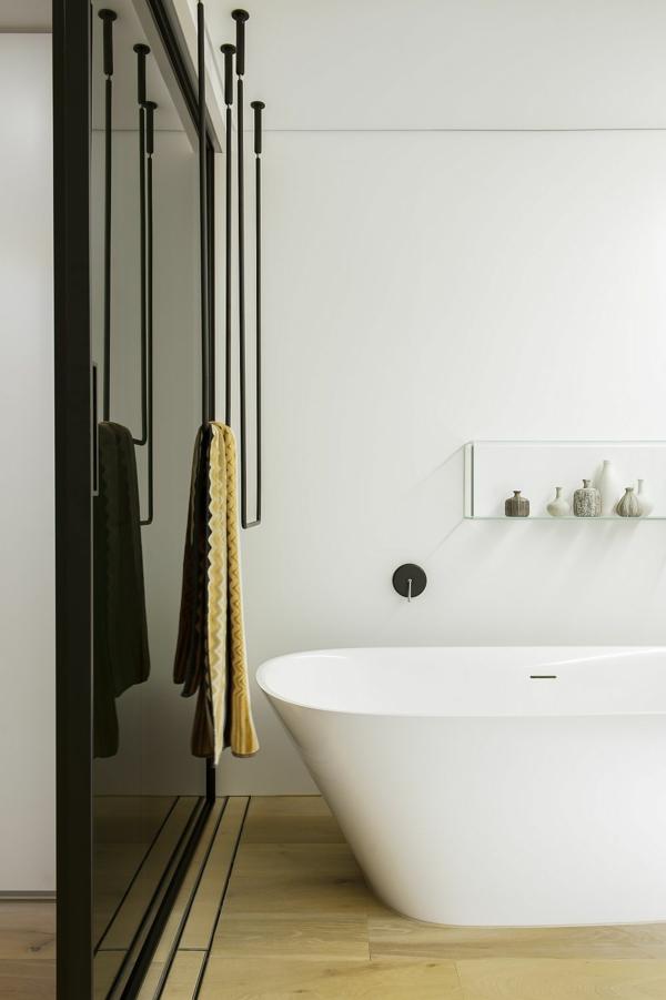 luxus badezimmer gläsernes regalbrett mit kleinen vasen