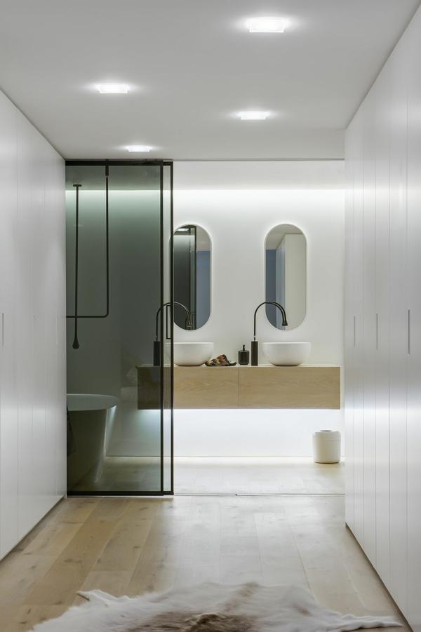 luxus badezimmer schiebetür aus dunklem glas