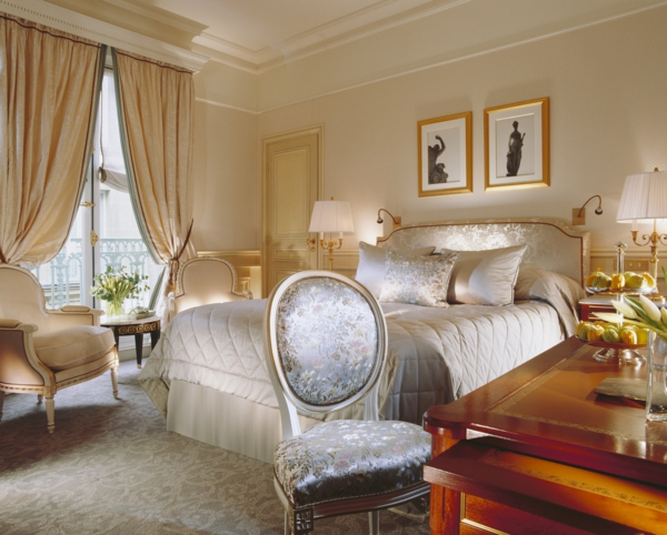 luxus einrichtungsideen eleganter stuhl mit seidenpolsterung in silber