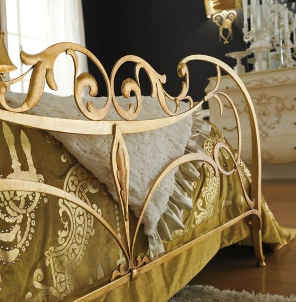 luxus einrichtungsideen vergoldeter bettrahmen mit ornamenten