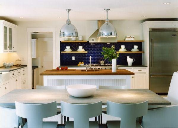 maritim einrichten küchenrückwand mit lila fliesen und regalbrettern