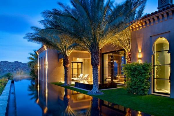 marokkanisches haus infinity pool und palmen