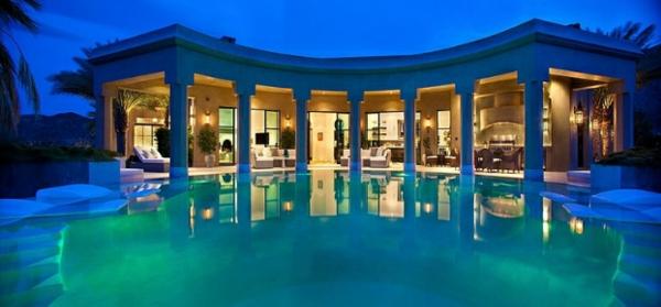 marokkanisches haus runder pool und säulen