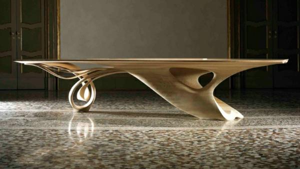 massivholz tisch auf edlem mosaik bodenbelag
