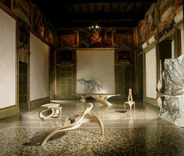 massivholz tisch ausstellung im museum