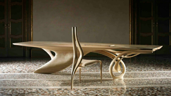 massivholz tisch mit originellem stuhl