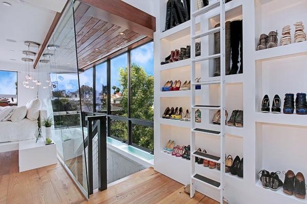 moderne luxusvilla offener kleiderschrank mit leiter