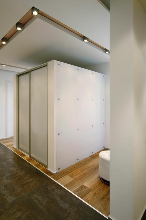 modernes apartment betonpaneele in weiß an der zimmerdecke
