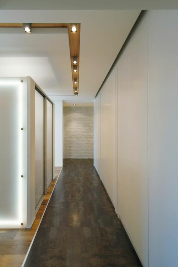 modernes cooles apartment schmaler flur ziegelwand in weiß