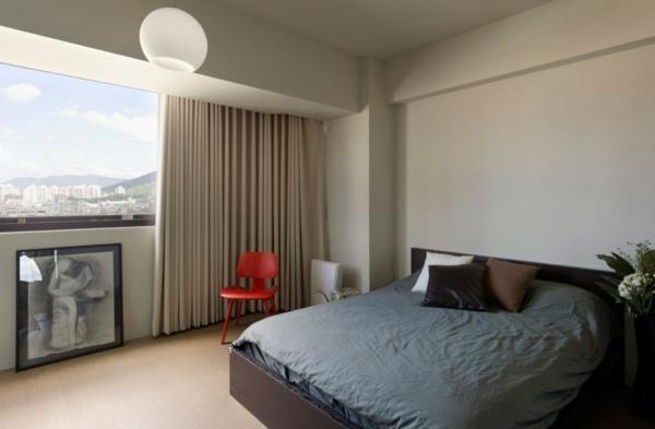 modernes wohnen feuerroter holzstuhl panoramafenster