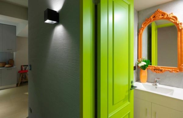modernes wohnen limettefarbene tür oranger spiegelrahmen