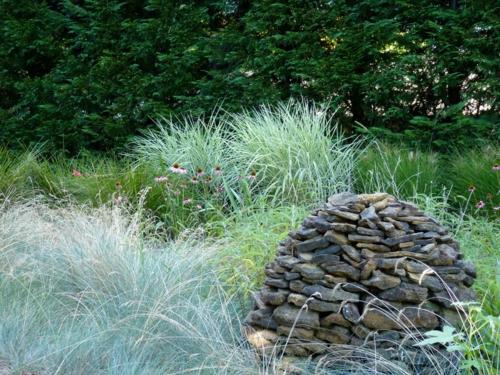 nachhaltiger garten gräser und natursteine stapel