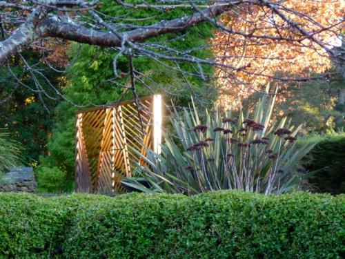 nachhaltiger garten nadelbäume und grüne büsche