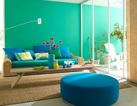 raumgestaltung mit farben blau grün sofa dekokissen hocker licht