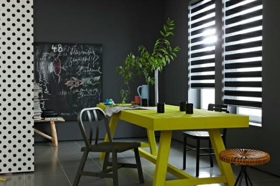 raumgestaltung mit farben grell gelb zitronengelb schwarz essbereich
