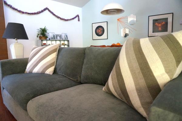 schöne Deko Tricks fürs Innendesign wurfkissen stil sofa dunkel farbschema