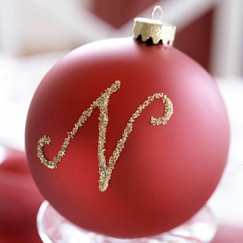 schicke weihnachtskugeln glitzernde buchstaben