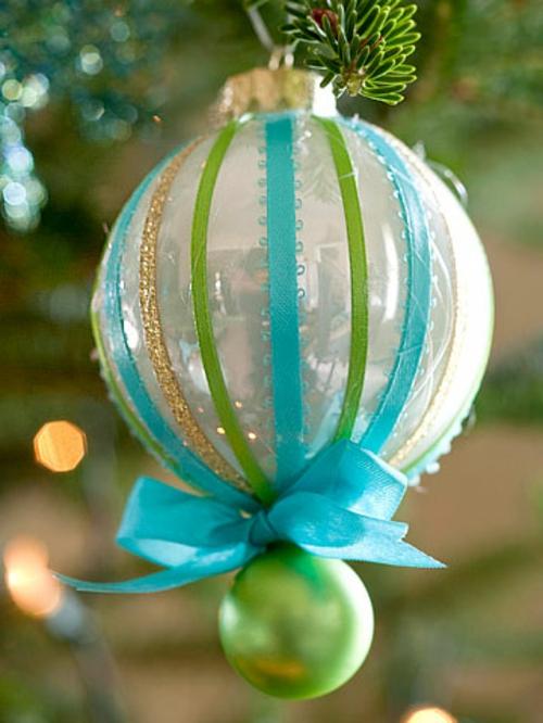 schicke weihnachtskugelnmit blauer schleife