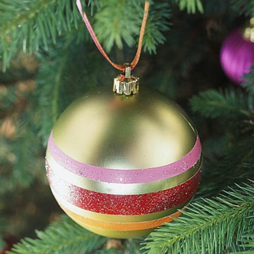 schicke weihnachtskugeln mit bunten streifen