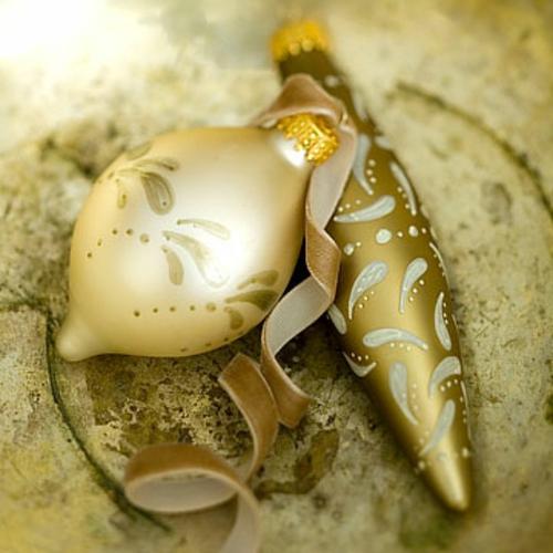 schicke weihnachtskugeln mit filigranen paisley mustern
