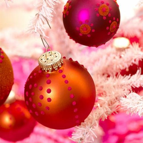 schicke weihnachtskugeln mit glitzerfarbe
