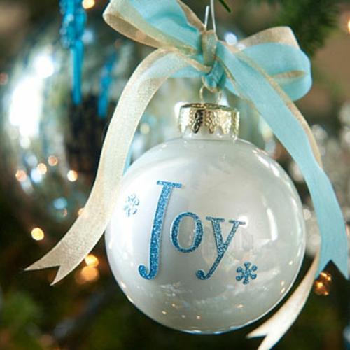 schicke weihnachtskugeln mit glitzernden grußwörtern
