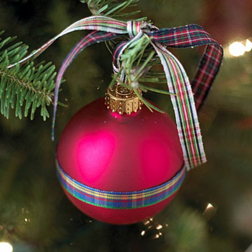 schicke weihnachtskugeln mit kariertem stoffband