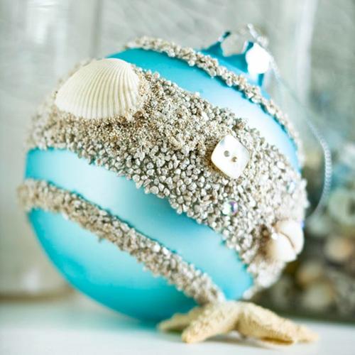 schicke weihnachtskugeln mit sand und muscheln