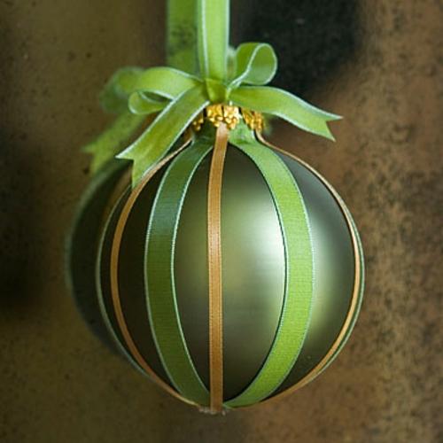 schicke weihnachtskugeln mit stoffbändern in grün und gold