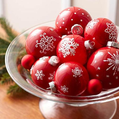 schicke weihnachtskugeln rot mit weißen motiven