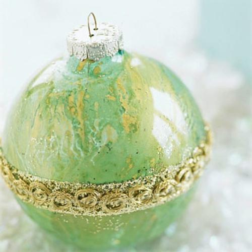 schicke weihnachtskugeln verwirbelte goldene ornamente