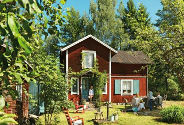 schwedisches gartenhaus alte wasserpumpe im garten