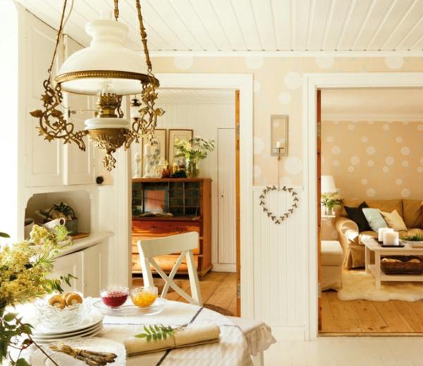 schwedisches schickes gartenhaus antiker vitrinenschrank