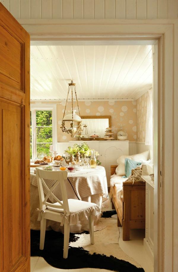 schwedisches gartenhaus fellteppich und weißer holzstuhl