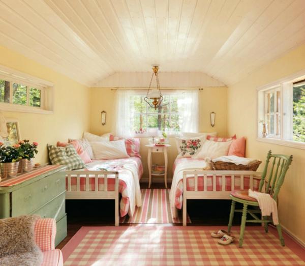 schwedisches gartenhaus karierter teppich in rosa und weiß