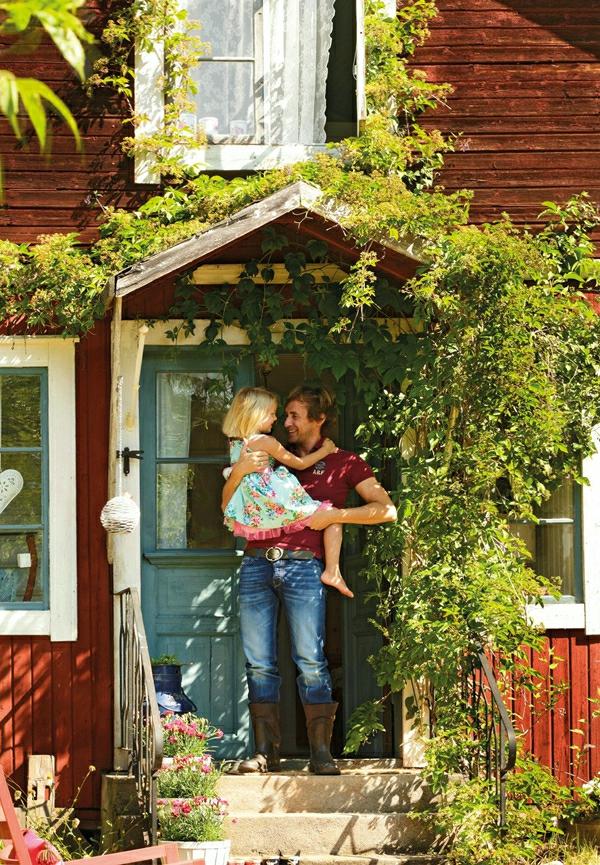 schwedisches gartenhaus spitze überdachung am eingang