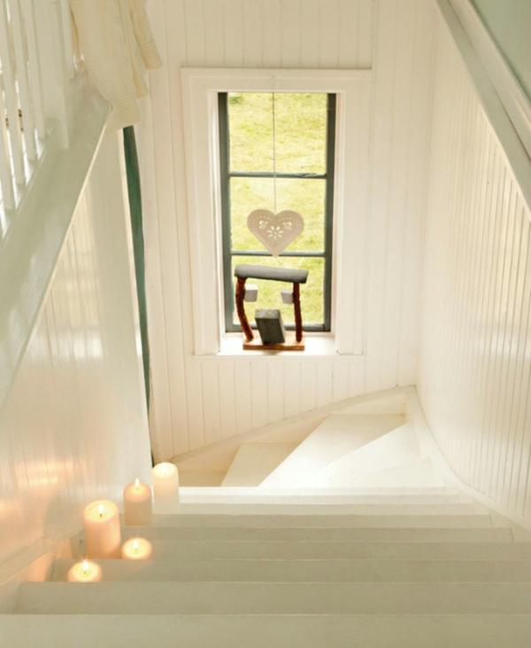 schwedisches gartenhaus wendeltreppe in weiß und stumpenkerzen