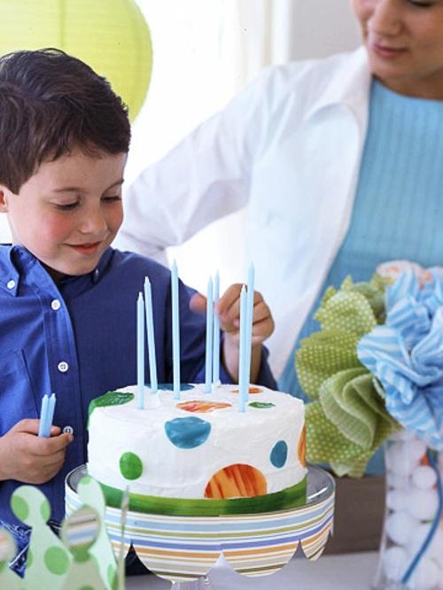 silvester party mit kindern weiße torte mit fruchtleder punkten