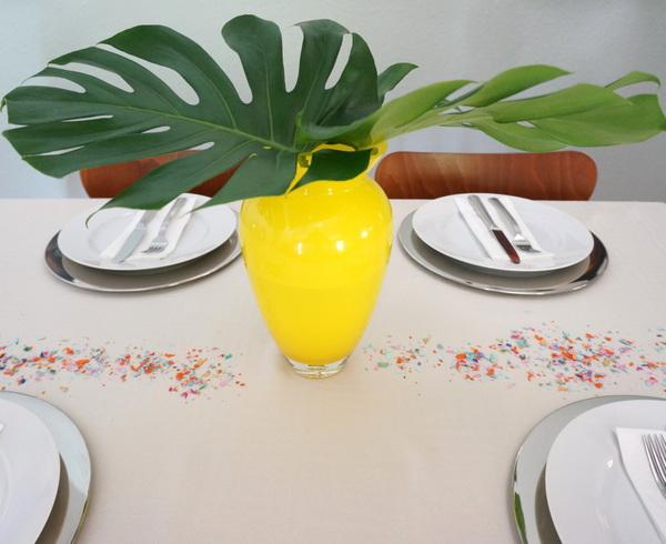 stilvolle dekoideen große blätter und zitronengelbe vase