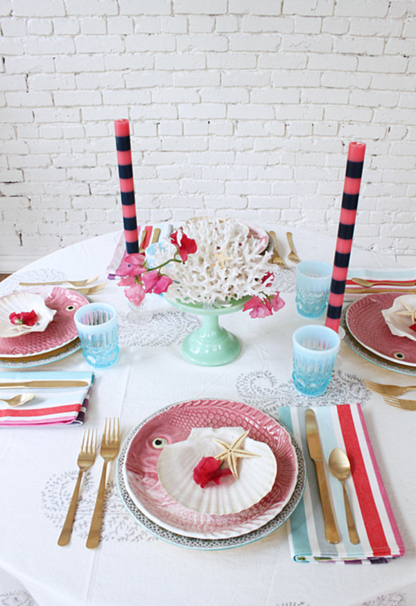 stilvolle dekoideen teller rosa  fische gestreifte servietten