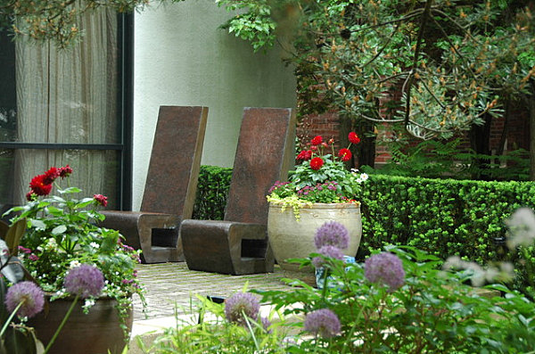 stilvolle gartenstühle aus granit wie statuen