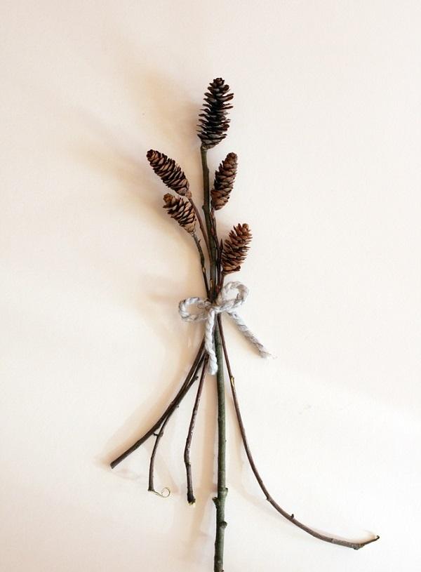 tannenzapfen und herbstblätter dekoideen an der wand